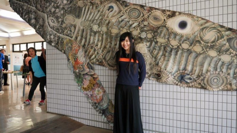 """La fresque """"l'oeil de la baleine"""" est exposée au Trocadero de Paris. Son auteure veut sensibiliser l'opinion sur les danger que subissent les océans (Capture d'écran Twitter)."""