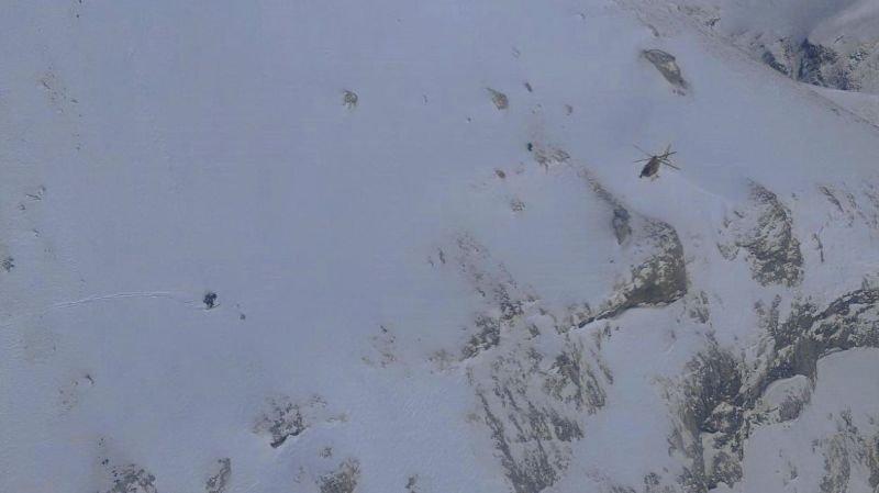 Approche de l'hélicoptère et traces de skis de sauveteur de Glacier 3000 qui se trouve en compagnie du blessé.