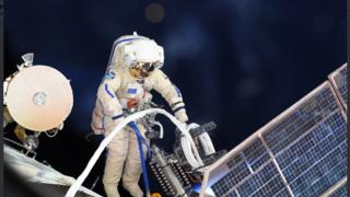 Espace: deux cosmonautes russes inspectent un trou découvert sur la station spatiale internationale