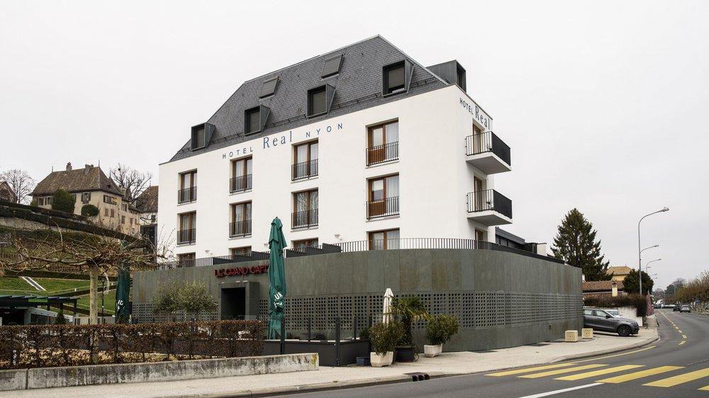 Le propriétaire de l'Hôtel Real, à Rive, sollicite un permis de démolir partiellement les volets troués qui habillent son rez-de-chaussée et entravent la vue sur le lac depuis le restaurant.