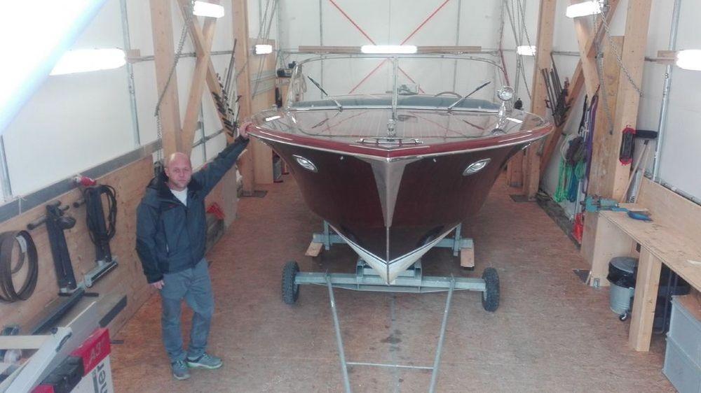 Antoine Matthey-Jaquet, co-fondateur de Nautic Art à Founex, est un spécialiste de la restauration des bateaux en bois. Ici l'un des modèles sous une tente du chantier.