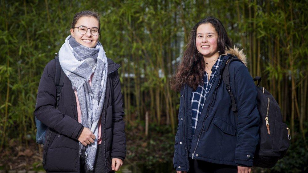 Elodie Morel (à g.) et Orane Mundler participent à la coordination du rassemblement. C'est la première fois qu'elles prennent part à une manifestation.