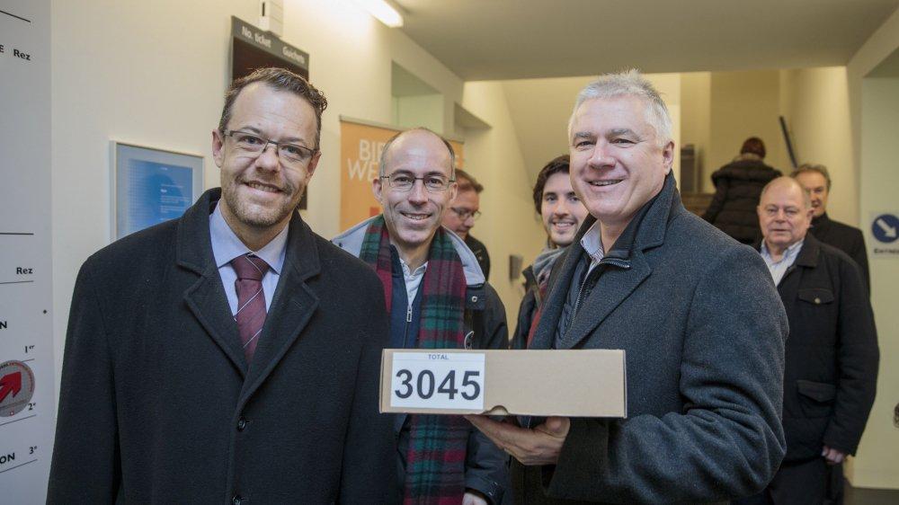 Mardi matin, l'UDC Sacha Soldini, le Vert'lib Olivier Tripet et le PLR Yves Gauthier-Jaques ont déposé les signatures au greffe de l'administration.