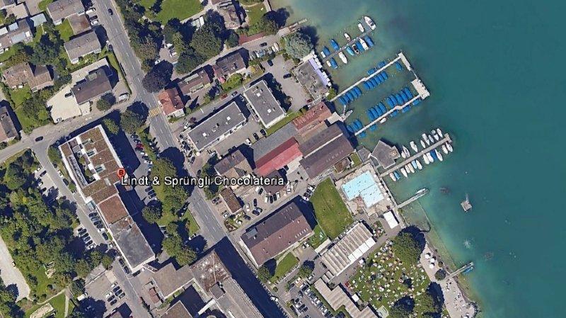 La fabrique de chocolat est située au bord du lac de Zurich.