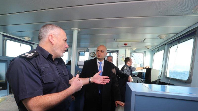 Angleterre-France: la Royal Navy déploie un navire pour empêcher les migrants de traverser la Manche