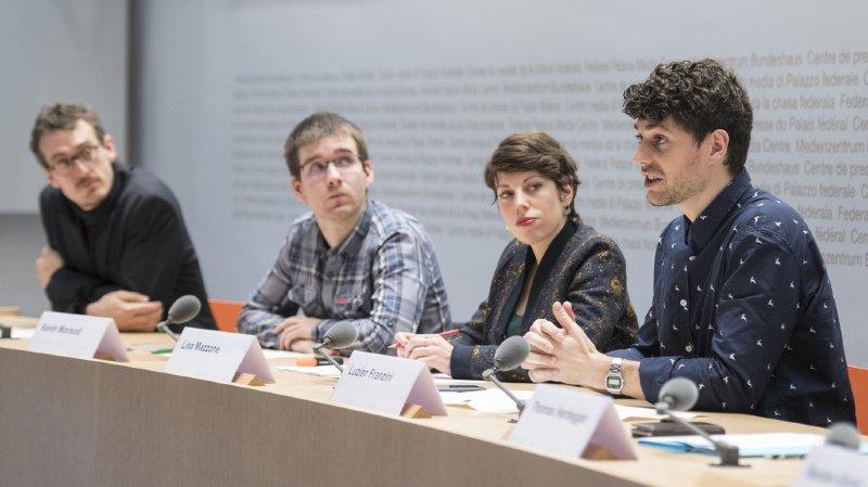 De gauche à droite : Markus Schwegler, de l'Association des petits paysans (VKMB), Kevin Morisod, co-président du comité d'initiative, Lisa Mazzone, vice-présidente de l'Association transport et environnement (ATE) et Luzian Franzini, co-président des Jeunes Verts suisses et co-président du comité d'initiative.