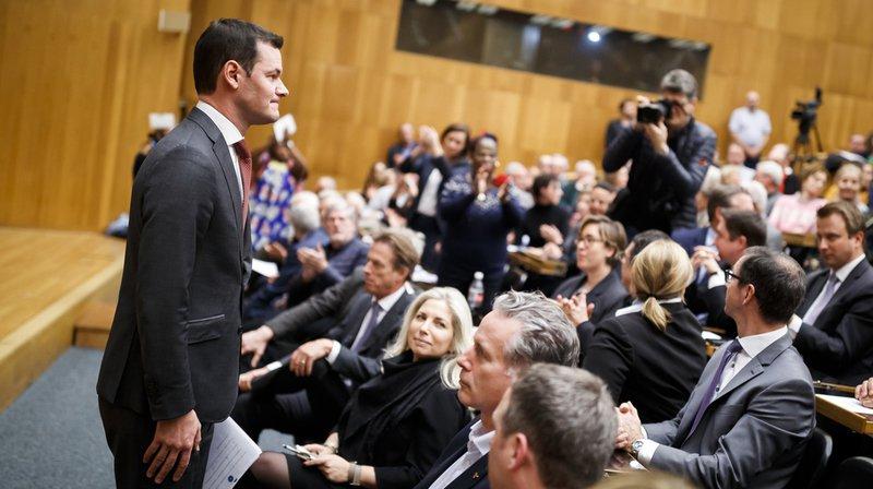 Le conseiller d'Etat Pierre Maudet s'est expliqué mardi soir devant les membres du parti genevois sur son voyage à Abu Dhabi, sans convaincre la majorité.