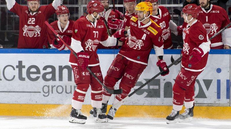 Le Top Scorer lausannois Dustin Jeffrey, au centre, célèbre le troisième goal avec ses deux coéquipiers lors de la rencontre entre le Lausanne Hockey Club et le SCL Tiger.