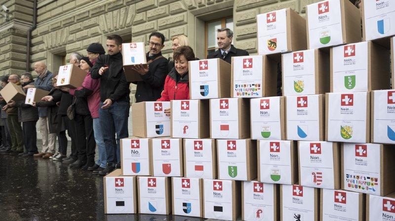 Les 55'000 signatures ont été déposées jeudi matin à la chancellerie fédérale.