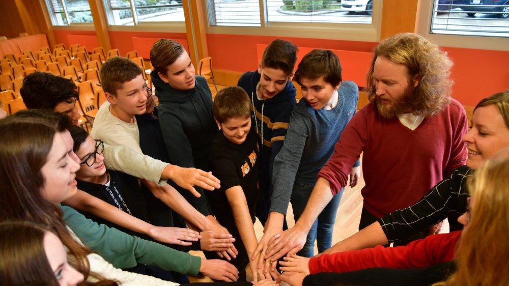 Les élèves sont soudés comme un équipe de sportifs grâce à l'improvisation.