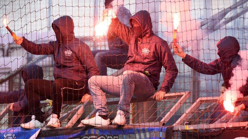 Deux hooligans sur trois répertoriés en Suisse sont liés à des clubs de football (illustration).