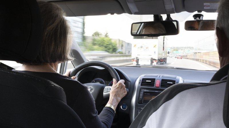 Les systèmes avancés de freinage d'urgence (AEBS) sont dotés de capteurs qui surveillent la distance avec le véhicule ou le piéton devant eux. (illustration)
