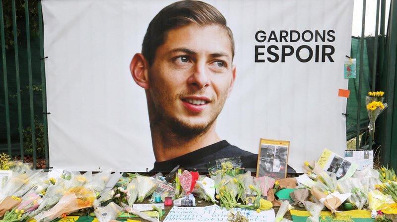 La famille d'Emiliano Sala, le footballeur argentin disparu lundi au-dessus de la Manche, a relancé les recherches pour tenter de le retrouver.