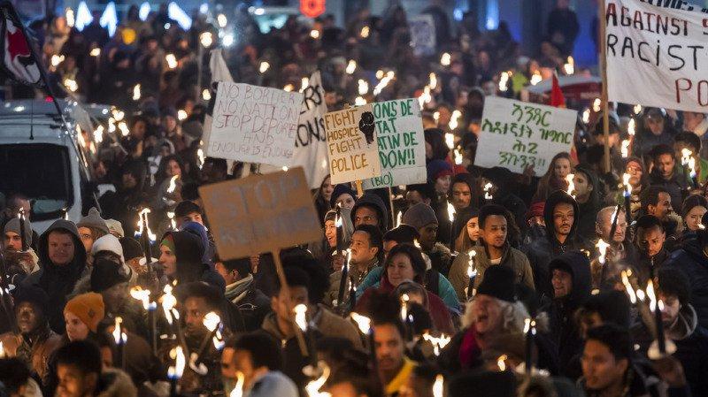 Manifestation aux flambeaux dans les rues de Genève.