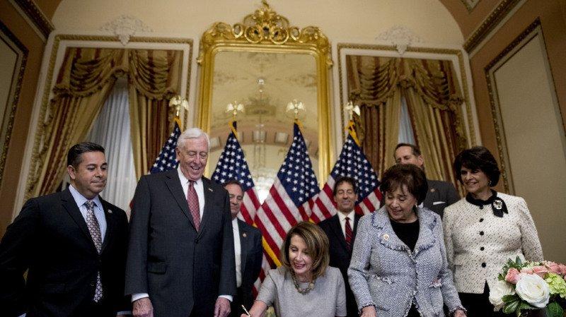 Le bras de fer entre les démocrates de Nancy Pelosi et Donald Trump coûtera très cher à l'économie américaine.