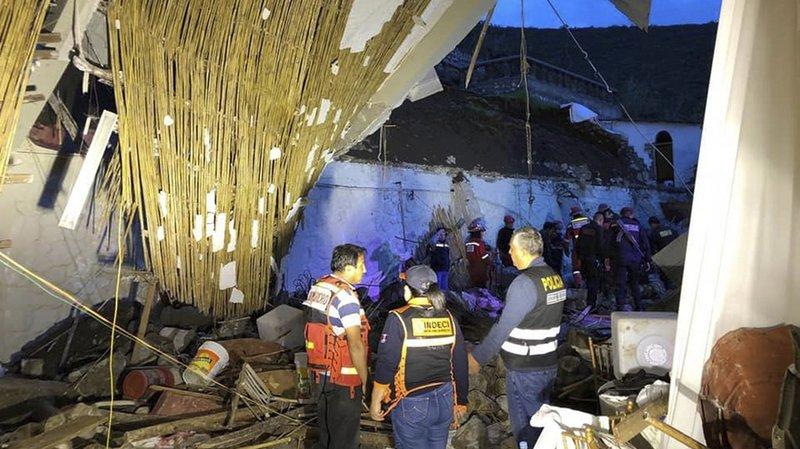 Un mur extérieur de l'hôtel a été détruit, ce qui a provoqué la chute du toit.