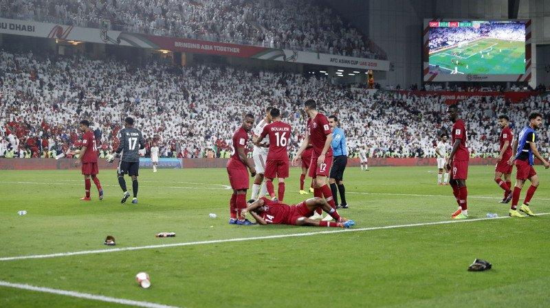 Les Qataris ont été la cible de jets de chaussures et de bouteilles tout au long du match.