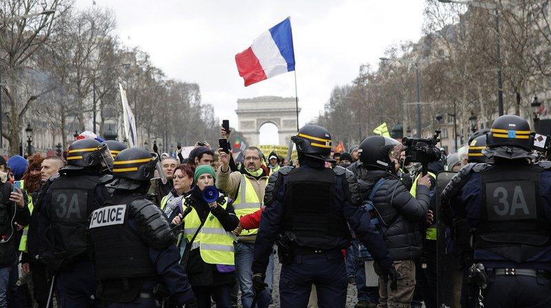 """France: un manifestant présent dans le cortège des """"gilets jaunes"""" à Paris a eu une main arrachée"""