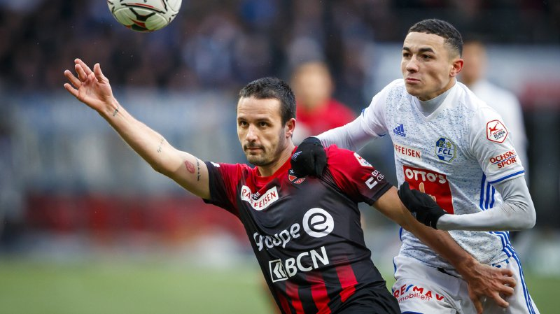 Raphael Nuzzolo, Xamax, lutte pour le ballon avec le defenseur lucernois Ruben Vergas en Super-League ce dimanche.