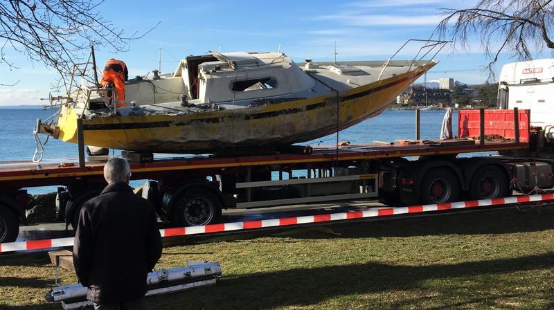 Morges: l'épave du voilier enfin sortie de l'eau