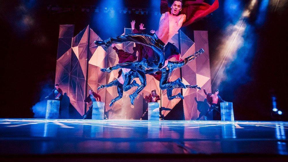 Flexx Ballet propose un spectacle dans lequel le ballet classique se mêle somptueusement aux danses modernes.