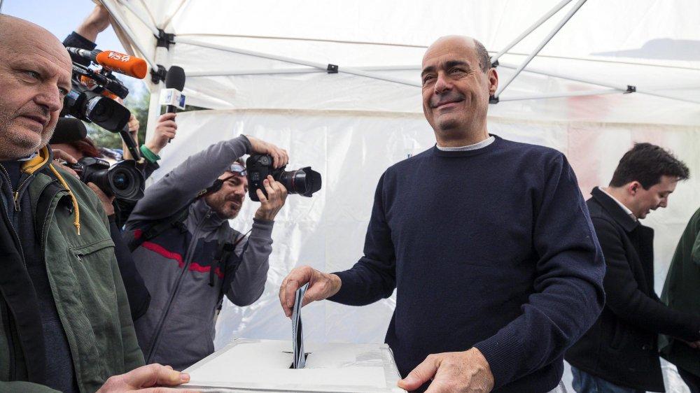 Nicola Zingaretti dépose son bulletin de vote aux primaires du Parti démocratique italien, à Rome, le 3mars 2019.