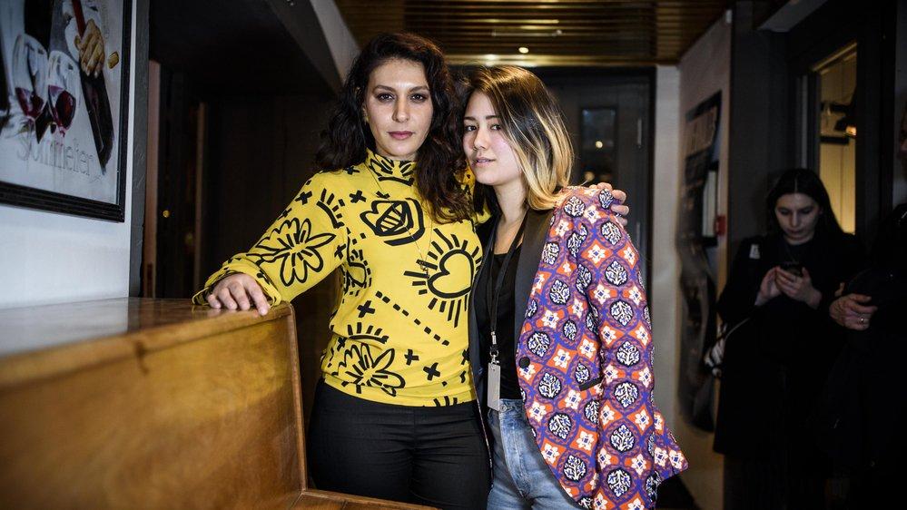 """Yael Miller, en jaune, et Mei Fa Tan lors de l'avant-première du clip """"angry""""."""