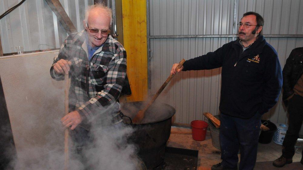 Pierre Bigler, à gauche, en pleine préparation de la fameuse raisinée.