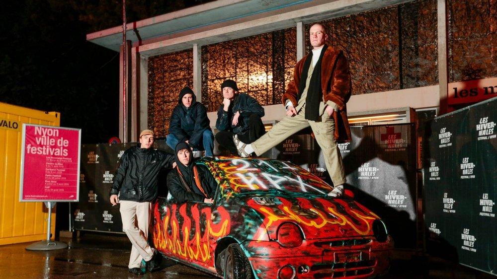 Hapax 21 et Crans City Club sur leur Twingo enflammée. (De g. à d.) Arthur, Raphaël (dans la voiture), Nicolas, Loïc et Pablo.