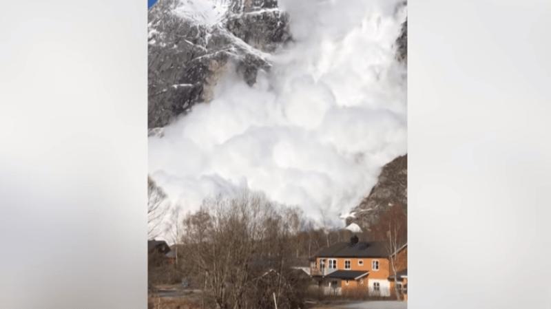 Une monstrueuse avalanche filmée près d'un village en Norvège