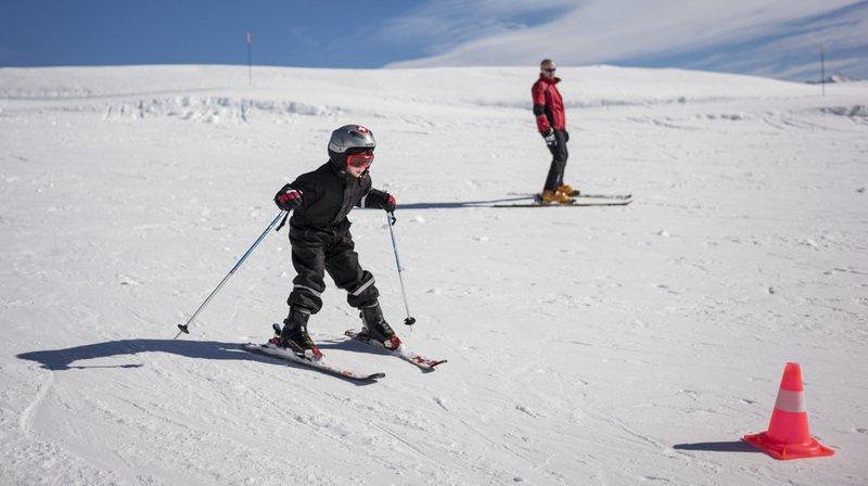 Il vaut mieux attendre que les enfants puissent apprendre à skier pour les emmener sur les pistes.