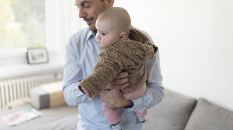 Deux semaines de congé paternité en Suisse: entre pas assez et trop