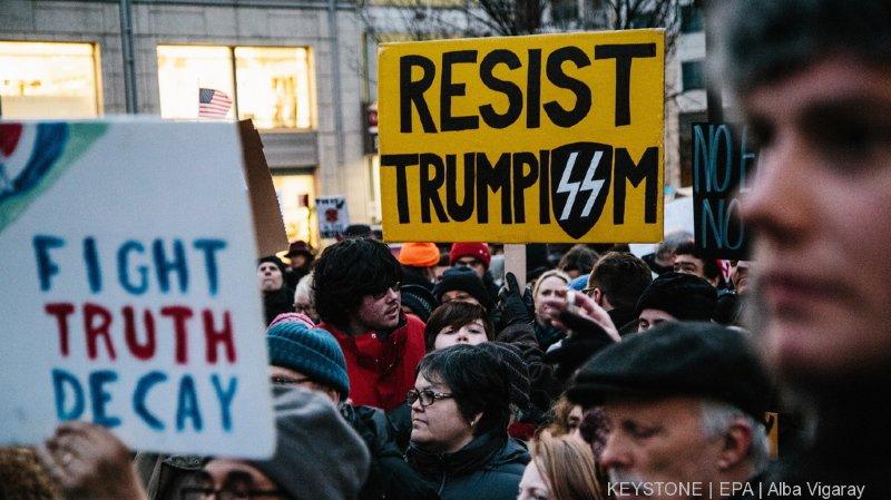 A New York, des citoyens manifestent dans la rue pour protester contre la décision de Donald Trump.