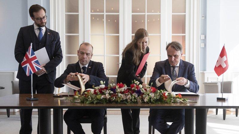 Le secrétaire d'Etat aux migrations Mario Gattiker (dr.) et son homologue britannique Christopher Heaton-Harris (g.) ont signé lundi à Berne un accord en ce sens
