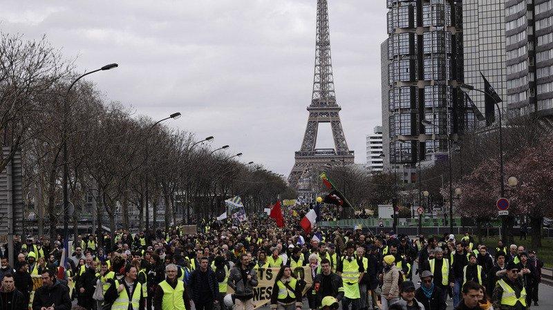 """France: les """"gilets jaunes"""" dans la rue à l'aube d'un mois crucial"""