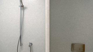 Piscine de Morat: des trous suspects dans les murs des douches