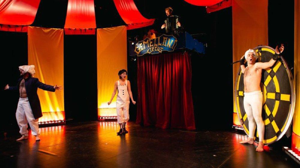 """La compagnie Comique'opéra présente """"Looping"""", un spectacle de cirque alliant humour et acrobaties."""