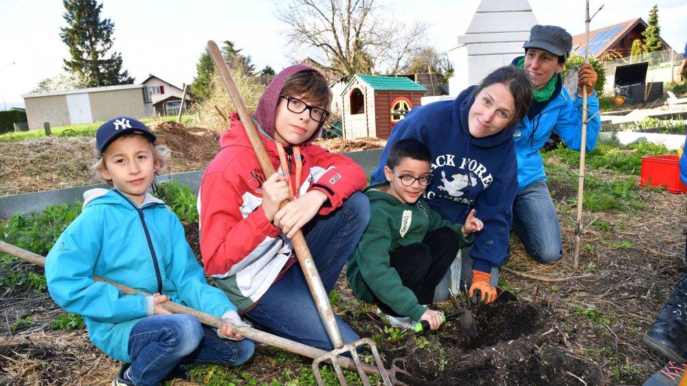 Lilian, Nolan et Sharvil préparent une plantation sous l'oeil attentif de Susan Wakeman et Manon Schwerzmann.