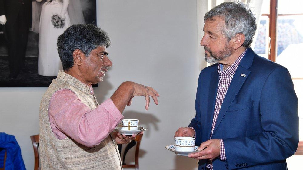 C'est autour d'un thé, servi dans des tasses Vieux Nyon dans la salle des mariages du château de Nyon, que le syndic Daniel Rossellat s'est entretenu avec P.V. Rajagopal, qui lancera une marche de New Dehli à Genève cet automne.