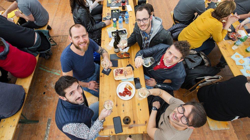 Ce groupe d'amis venus d'Yverdon profite d'un verre à l'Apéro World de Morges.