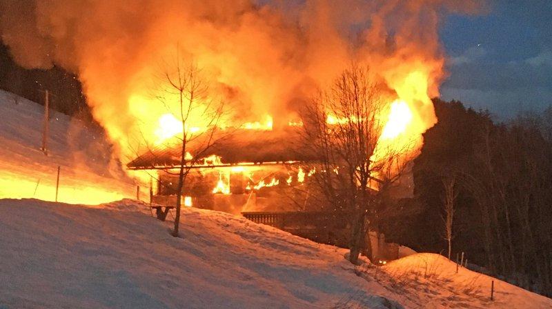 Un chalet a été la proie des flammes tôt vendredi matin à La Forclaz.