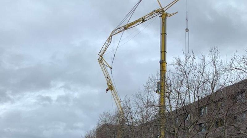 Les travaux de sécurisation et de réparation de la grue prendront probablement plusieurs heures.