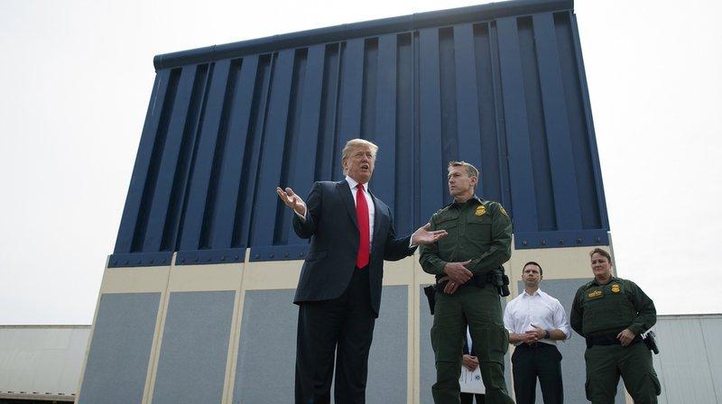 """Donald Trump devant un prototype de """"mur-frontière"""" à San Diego, le 13 mars 2018."""