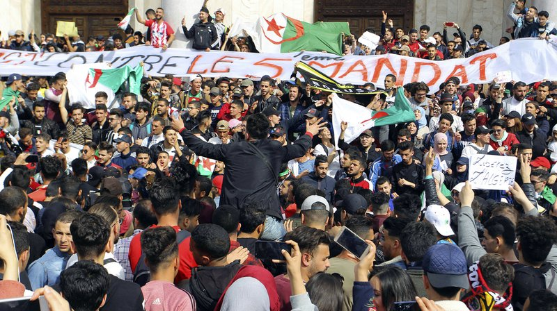 Algérie: des centaines de milliers de manifestants dans le centre d'Alger contre Bouteflika