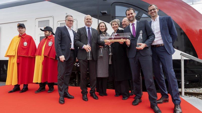 Un nouveau train à deux étages des CFF a été baptisé vendredi à la gare Cornavin, à Genève.