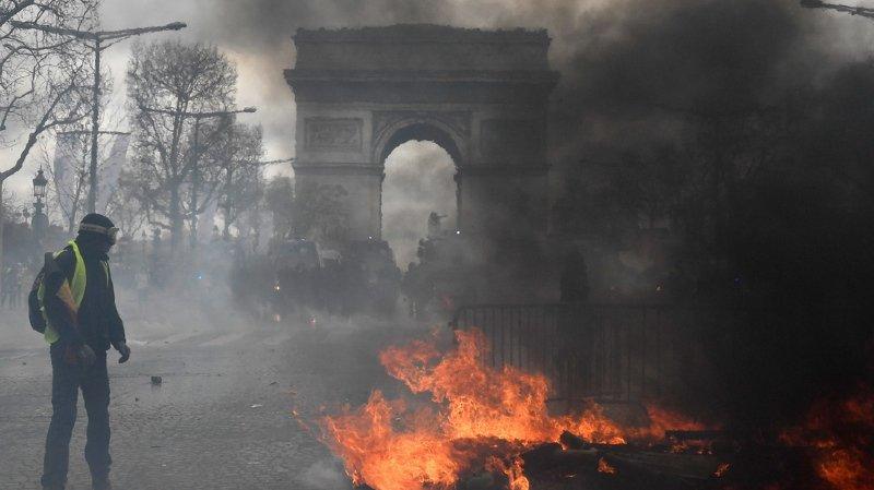 """""""Gilets jaunes"""": boutiques pillées et incendiées à Paris"""