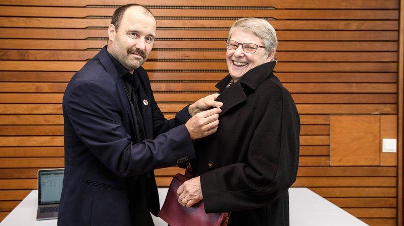 Dimanche 25 novembre 2018: le syndic de Cottens François Delay remet à la conseillère d'Etat Béatrice Métraux le badge de la nouvelle commune de Hautemorges.