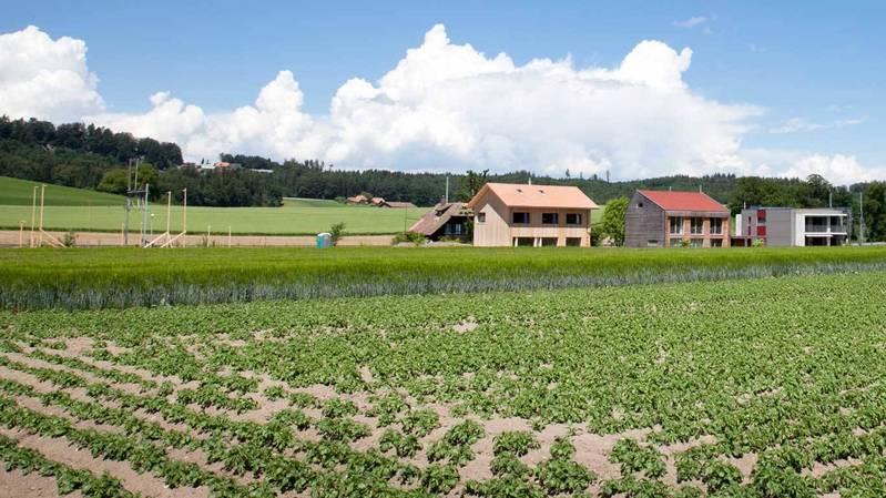 La surface bâtie a pratiquement quadruplé entre 1985 et 2009. Chaque personne en Suisse utilise aujourd'hui plus de 400 m2 de surface habitable, et la tendance va en augmentant.