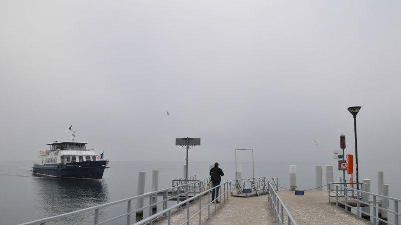 A cause du vent, les bateaux ont du mal à accoster.