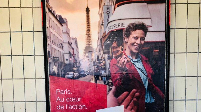 L'affiche en question, ici immortalisée à Versoix, est présente dans de nombreuse gares de Suisse.
